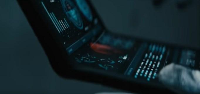 動画内でPCをひらく宇宙飛行士